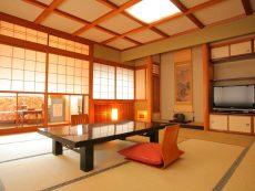 พักผ่อนในเมืองเก่า นอน เรียวกังทาคายาม่า สัมผัสกลิ่นอายสไตล์ญี่ปุ่น